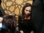 شاهد.. إيمي طلعت زكريا تنهار في عزاء والدها ورد فعل صلاح عبد الله