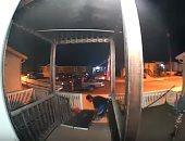 شاهد.. لص يسرق لوحا لعبور كرسى متحرك بولاية كاليفورنيا الأمريكية