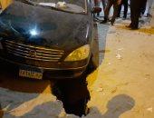 صور.. سقوط سيارة فى حفرة بأسوان يكشف عن عملية تنقيب عن آثار