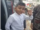 """فيديو.. تعرف على قصة الطفل اليمنى """"عمرو"""".. بائع الماء صاحب الصوت الرائع"""