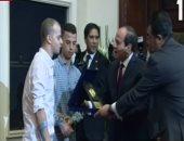 الرئيس يكرم البطل أحمد فوزى مجند الجيش فاقد قدميه فى الحرب ضد الإرهاب برفح
