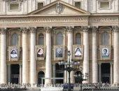 5 قديسين جدد فى الفاتيكان وصورهم تعلق أعلى القصر الرسولى فى روما