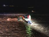 صور.. إنقاذ 7 أشخاص اُحتجزوا داخل سيارتهم بمجرى وادى الأبيض فى سلطنة عمان