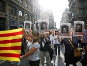 المئات يحتشدون أمام المحكمة العليا الأسبانية بعد حبس دعاة استقلال كاتالونيا