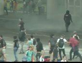 شاهد.. اشتباكات بين الشرطة والمتظاهرين فى مطار برشلونة