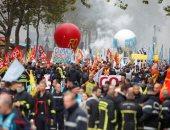 صور.. رجال الإطفاء بباريس يطلقون مظاهرة والشرطة تتصدى لهم