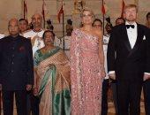 ملكة هولندا بإطلالة وردية جذابة خلال جولتها بالهند .. صور