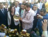 صور.. نائب وزير الزراعة تفتتح أول مهرجان مصرى لعسل النحل