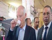 الرئيس التونسى الجديد قيس سعيد يواصل هوايته الصباحية على مقهى شعبى وسط حراسه