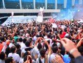 جماهير القلعة البيضاء تشعل مطار القاهرة لاستقبال كوماندوز يد الزمالك.. صور