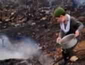شاهد.. طفل لبنانى يشارك فى إخماد الحرائق دون ملل