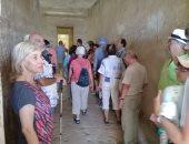 فيديو وصور.. وفد سياحى من 3 جنسيات يزور المناطق الأثرية بالمنيا
