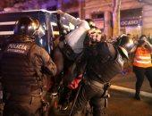 ضرب وسحل وأعمال شغب خلال اشتباكات بين الشرطة ومتظاهرين فى كتالونيا