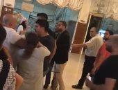 فيديو.. طرد وزير لبنانى من مقر لجمع مساعدات لمتضررى الحرائق.. والأخير يرد