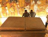 """صور.. """"الآثار"""" تعيد تركيب غطاء تابوت الملك الفرعونى توت عنخ آمون"""