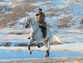 صور.. زعيم كوريا الشمالية بجولة على حصان أبيض أثناء تساقط الثلوج بجبل بايكتو