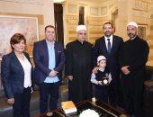 شاهد.. سعد الحريرى يستقبل طفل شارك فى إطفاء حرائق لبنان