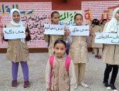 طالبات مدرسة ابتدائية يستقبلون زميلتهم بعد تحريرها من الاختطاف بلافتات تشجيع