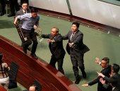 أعضاء البرلمان فى هونج كونج يحتجون على حديث زعيمة المدينة كارى لام وتأجيل الجسلة