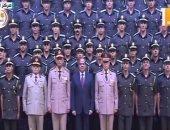 الرئيس يلتقط صور تذكارية مع خريجى الدفعة الأولى لكلية الطب بالقوات المسلحة