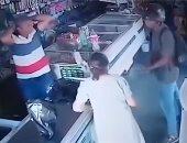 شاهد.. لص يرفض أخذ نقود سيدة مسنة خلال سطو مسلح على صيدلية
