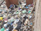 القمامة تحاصر منزل مواطن وتصل لشرفة منزله بشارع فى فاقوس بالشرقية