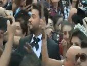شاهد.. زفة عروسين وسط المظاهرات فى لبنان