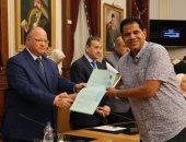 محافظ القاهرة يسلم 36 عقد تمليك لمستثمرى شق الثعبان و31 لتقنين أراضى الدولة