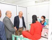 صور.. رئيس جامعة أسيوط يزور الطفلة ضحية عضة الكلب
