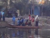 طلاب بالفيوم يعبرون لمدرستهم بمركب.. ورئيس المدينة:تحتاج كوبرى بـ4 ملايين جنيه (صور)