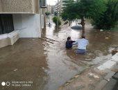 المياه تغرق الشوارع فى العبور .. والأهالى: نحتاج سيارات لشفطها من الطرقات