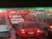 فيديو.. التجمع الخامس يغرق فى الأمطار.. وشلل مرورى بمحور المشير وشارع التسعين