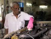 شاهد.. باكستانى يصنع دهون الحيوانات كوقود للسيارات بدلاً من المحروقات
