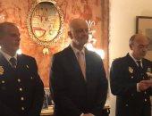 سفير إسبانيا فى القاهرة يمنح وساما لشرطى إسبانى لإنقاذه سيدة مصرية من الغرق