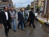 محافظ القليوبية يتجول بالشوارع والميادين لمتابعة أعمال شفط تجمعات مياه الأمطار