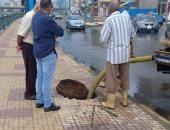 صور.. شفط مياه الأمطار بطريق كورنيش دمياط وتصريفها فى الوعات