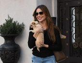 صوفيا فيرجارا بصحبة كلبها فى شوارع لوس أنجلوس.. صور