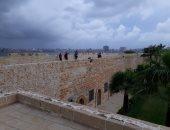 صور.. تجمع مياه الأمطار بالسراديب أسفل قلعة قايتباى.. والآثار : جارى التعامل