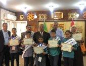 مدير تعليم الإسماعيلية يكرم الطلاب الحاصلين على المركز الأول بمسابقة المياه