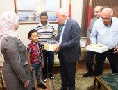 صور.. محافظ بورسعيد يقدم جهازا طبيا للمساهمة فى علاج ضعف السمع لطالب الدمج