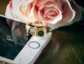 مستخدما تطبيق مواعدة يقرران الخطوبة بخاتم مصنوع من أجهزة أيفون.. صور