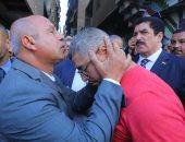 صور.. وزير النقل يقبل رأس شقيق ضحية حادث قطار الإسكندرية