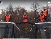 """شاهد.. """"فان دام الروسى"""" يجلس بين حافلتين فى سباق الشاحنات"""