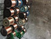 صور.. ضبط مصنع غير مرخص للأسلاك الكهربائية فى منشأة ناصر