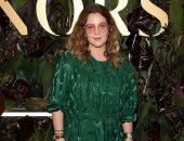 درو باريمور تدعم مصممة الأزياء ستيلا مكارتنى بفستان زمردى من تصميمها.. صور
