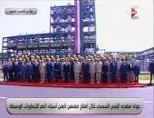 الرئيس السيسى يلتقط صورة تذكارية مع عمال شركة النصر للكيماويات