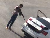شاهد..السعودية تضبط جناة إحتجزوا شخص فى صندوق سيارة وهددوه بسلاح نارى