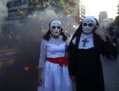 التشيليون يرتدون ملابس الهالويين وسط الاحتجاجات (صور)