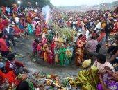 """آلاف الهندوس يحتفلون بمهرجان """"شات بوجا"""" احتفاء بالشمس المشرقة"""