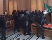 فيديو.. شرطة الجزائر تقتحم المحاكم لفض إضراب القضاة فى وهران